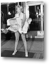 Постер Мерлин Монро удерживающая платье.